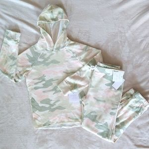 NWT 2 piece sweat outfit (little girls)